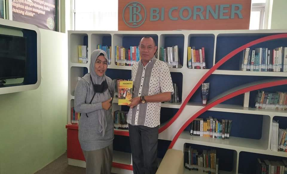 Serah terima Buku Pragmatik Bahasa Indonesia ke Perpustakaan Universitas Muhammadiyah Buton